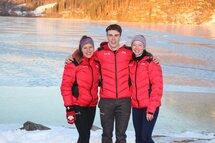 Gabrielle Jelonek, Hubert Marcotte et Ophélie Juneau, fier représentants du Québec au sein de l'équipe canadien aux Championnats du monde junior ISU de longue piste à Baselga di Pinè, en Italie.