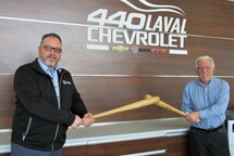 De gauche à droite : M. Darren Auger, directeur des ventes 440 Chevrolet Buick GMC Corvette et M. Jacques Continelli, président des Pirates Chevrolet 440 de Laval. Crédit photo Paul Martineau