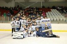Les Chevaliers Atome BB, champions du Tournoi Atome-Bantam CLL, avec une victoire de 2-1 en finale...
