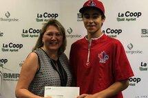 Photo ci-dessus : Madame Nathalie Frenette, directrice générale de la Coop Agrilait, remet à Xavier Gonzalez-Bayard un chèque visant à l'encourager dans son engagement dans le baseball.