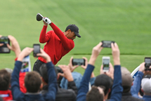 À l'image de Tiger Woods lors de la journée du dimanche, plusieurs joueurs et joueuses étaient vêtus de noir et de rouge, le weekend dernier. (Getty)