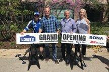 De gauche à droite, Alex Tagliani, Bryan Baeumler, Sylvain Prud'homme (président de Lowe's Canada) et Sarah Baeumler.