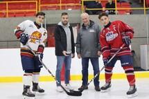 Mise au jeu protocolaire effectué par le Policier-Parrain du Rousseau-Royal, Carl Lefebvre, accompagné par Jacques Cloutier et les capitaines des deux équipes