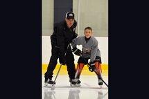 Photo Gracieuseté | Guy Fournier, président de l'association de hockey mineur de Port-Cartier, accompagné de son fils, Alexis.