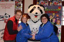 Le maire de Saint-Jérôme, Stéphane Maher, la présidente d'honneur du Tournoi atome, Francine Clément, la mascotte Tomi, et la présidente Christiane Lavoie sont heureux du succès remporté par la présentation de la 35e édition de l'événement.
