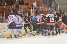 Les joueurs des deux équipes ont aidé les bénévoles à ramasser les nombreux toutous lancés sur la glace suite au but des Cantonniers. (Photo : Jérémy Robert, Les Cantonniers de Magog)