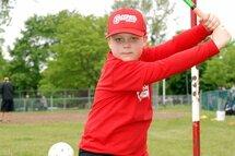 Photo ci-dessus: Nathan s'apprête à frapper! Ce jeune de deuxième année à l'école vient tout juste d'entreprendre sa quatrième saison de baseball. Il a joué trois ans dans le programme DQ Rally Cap et cette année fait ses premiers pas dans la division de jeu atome. Nathan, même s'il aime bien frapper, éprouve beaucoup de plaisir à jouer au baseball, notamment en défensive… «où je suis très bon», nous dit-il!