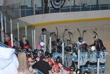 Gagnantes 4-0 en demi-finale, les Rapides-1 de l'Estrie ont présenté une haie d'honneur à leurs rivales, les Rebelles du Saguenay Lac St-Jean, à leur sortie de la patinoire. (Photo Claude Vaillancourt)
