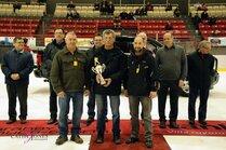 Trophée réplique remis par Yves Langlois du Centre