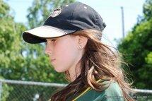 Photo ci-dessus: Parmi les jeunes baseballeuses présentes, Émilie, une jeune qui évolue dans la division de jeu moustique, qui adore le baseball… Elle affiche même son amour pour ce sport en portant des boucles d'oreilles à l'effigie d'une balle de baseball!