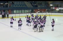 Les joueurs du Collège Français salue une dernière fois leurs partisans, suite à leur défaite crève-coeur par la marque de 5-4 en prolongation face au Titan de Princeville, qui remporte la série demi-finale en 5 matchs.