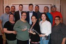 Israel Mianscum, des Citadelles de l'Abitibi-Témiscamingue, sélectionné joueur de l'année, joueur le plus prometteur et champion marqueur de la LHEQ, pose fièrement avec sa famille.