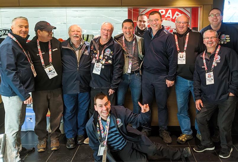 Photo de l'équipe des officiels hors glace.