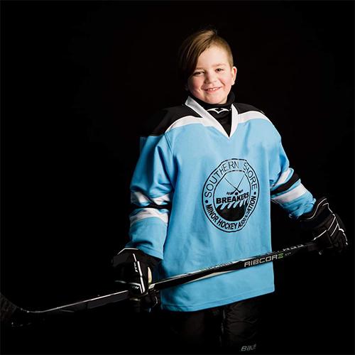Silas en équipement de hockey