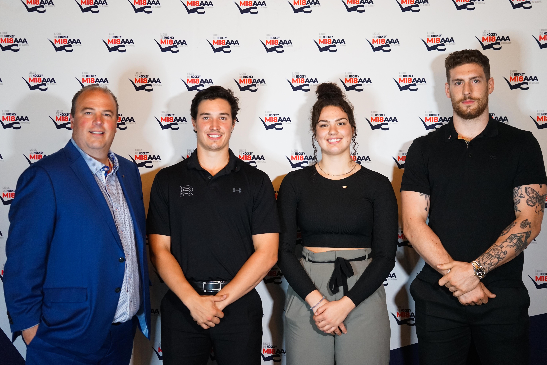 Sur la photo de gauche à droite, le président de la Ligue de développement du hockey M18 AAA du Québec, M. Yanick Lévesque, accompagné par les ambassadeurs Raphaël Harvey-Pinard, Ève Gascon et Pier-Luc Dubois